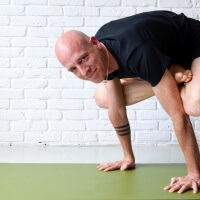 Olav Aarts Hatha Yoga Urdhva Kukkutasana