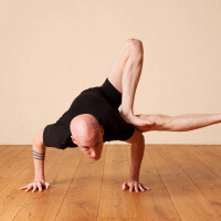 Olav Aarts Hatha Yoga Urdhva Yogadandasana