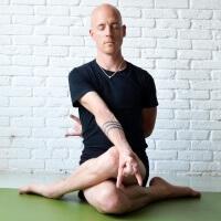 Olav Aarts Hatha Yoga Gomukhasana